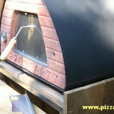 houtgestookte pizzaoven in de tuin PIZZAJOLLY