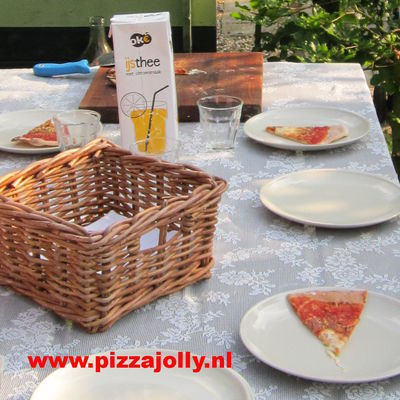 pizza met vrienden! Ja, chillen. PIZZAJOLLY pizzaovens